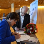 Sven Mollekleiv signing a partnership agreement with RCN Chair, Tove Veierød in 2013
