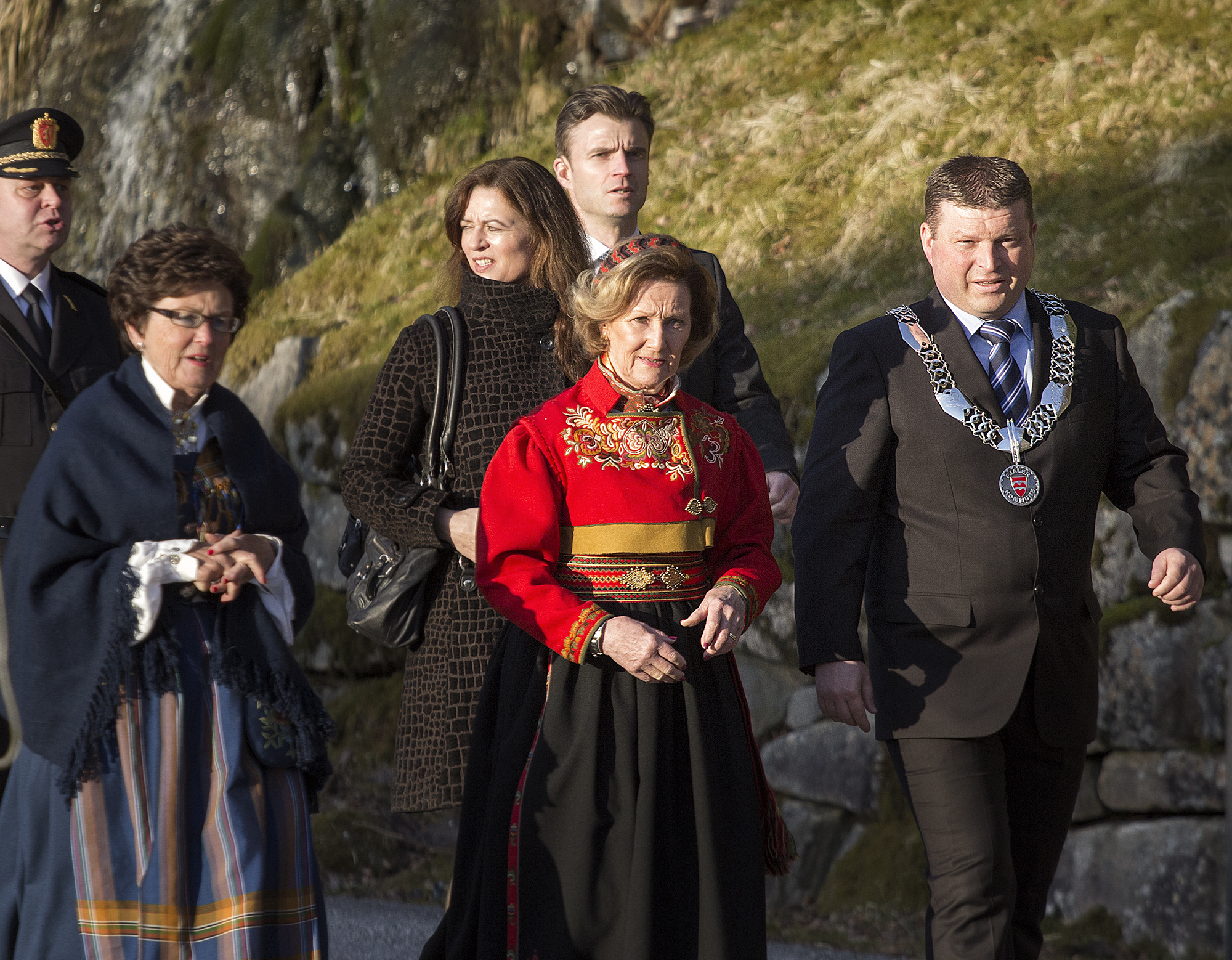Arve Helle accompanies HM Queen Sonja during her visit to the College in 2014