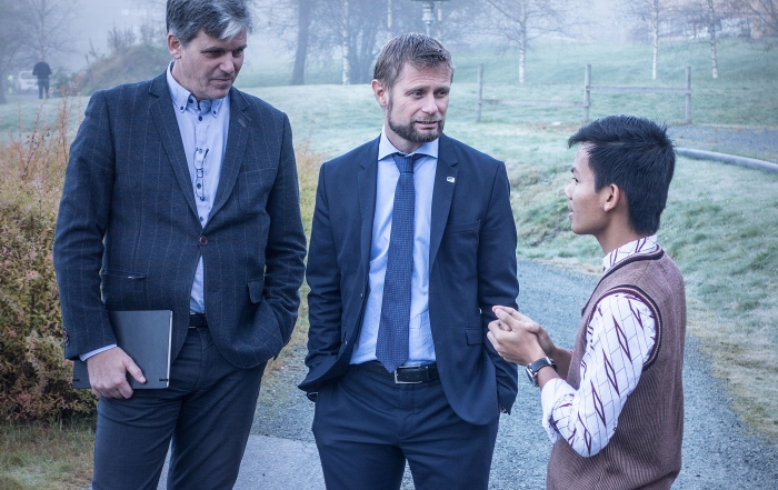 Director of Development Arne Osland with Minister Bent Høie and student Mean Pring